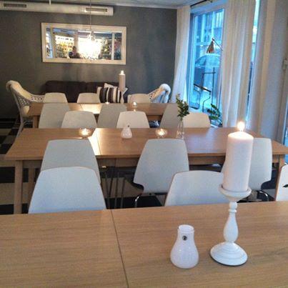 Bilde: Kom å ta lunsjen hos oss idag! Me har tent lys å gjort det ekstra koselig inni stuen vår til deg idag :-) velkommen :-)
