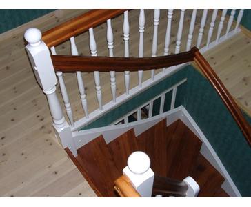 Kvitgrunna 1/2 C trapp med Provance beiset trinn og rekker