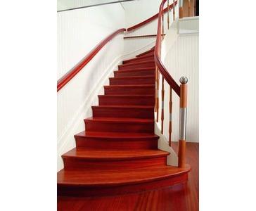 Tone Vakker og stilren trapp med trinn og håndlister i jatoba.